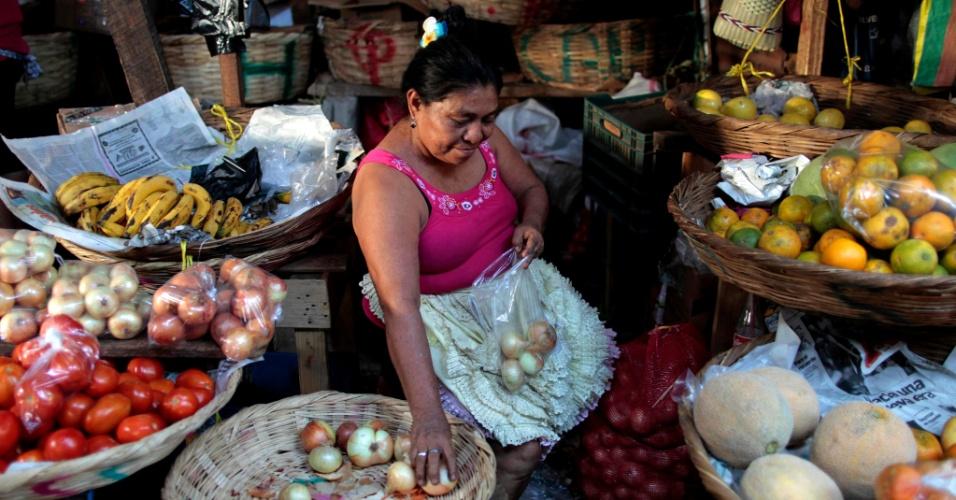 1fev2013---mulher-vende-vegetais-no-mercado-oriental-considerado-um-dos-maiores-da-america-central-em-managua-nicaragua-1359797827398_956x500